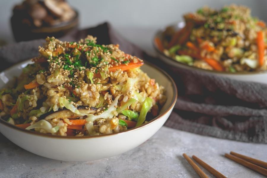 Arroz frito com legumes e tofu